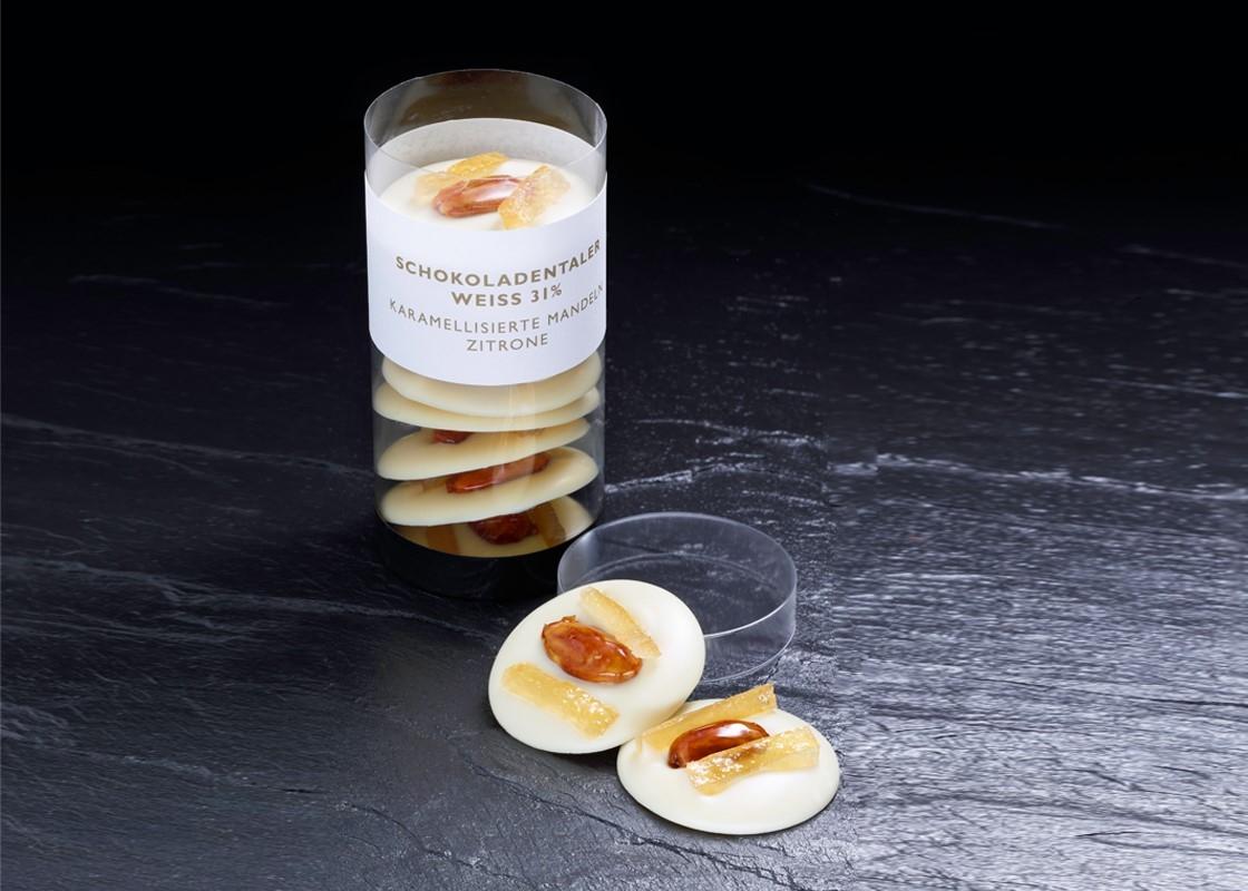 Weiße Schokoladentaler mit karamellisierter Mandel | Zitrone